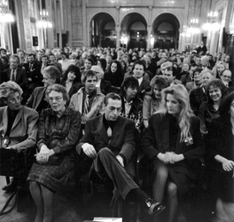 1988-2920 Samen met echtgenote Annemarie Fok en zijn moeder wacht de dichter Jules Deelder op de uitreiking van de Anna ...