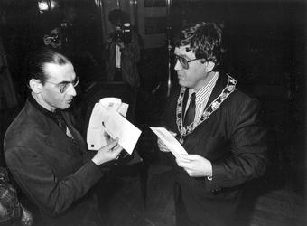 1988-2921 Dichter Jules Deelder ontvangt uit handen van burgemeester Peper de Anna Blamanprijs in de Burgerzaal van het ...
