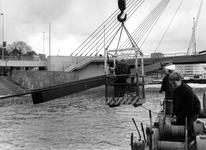 1988-2980 In verband met de aanleg van de Willemspoortunnel wordt het Maasbeeld van Auke de Vries (tijdelijk) verwijderd.