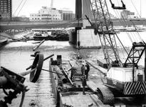1988-2981 In verband met de aanleg van de Willemspoortunnel wordt het Maasbeeld van Auke de Vries (tijdelijk) verwijderd.