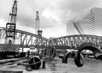 1988-2982 In verband met de aanleg van de Willemspoortunnel wordt het Maasbeeld van Auke de Vries (tijdelijk) verwijderd.