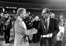 1988-885 Rob de Vries ontvangt uit handen van wethouder Linthorst de eerst prijs voor het winnende scenario voor een ...
