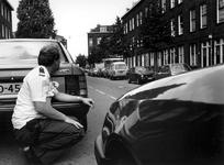 1989-2240 Een arrestatieteam van de politie is bezig een schutter te overmeesteren die om onbekende redenen op twee ...