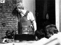 1989-2241 Een arrestatieteam van de politie is bezig een schutter te overmeesteren die om onbekende redenen op 2 mannen ...