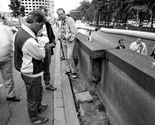 1989-2242 Waarschijnlijk door bouwactiviteiten aan het Weena is de Weenatunnel gaan verzakken en scheuren.