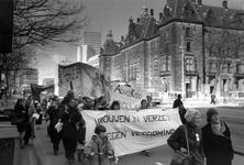 1989-313 Het stadhuis vormt de achtergrond van een demonstratie van vrouwen ter gelegenheid van Internationale Vrouwendag.