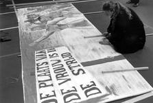 1989-317 Spandoeken worden gereed gemaakt in buurtgebouw Odeon ter gelegenheid van Internationale Vrouwendag.
