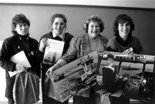 1989-320 Vier schippersvrouwen presenteren zich met de foto van hun schip ter gelegenheid van Internationale Vrouwendag ...