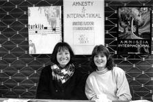 1989-321 Twee vrouwen achter de stand van Amnesty International in Odeon ter gelegenheid van Internationale Vrouwendag