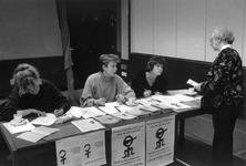1989-323 Een voorlichtingsstand van de Vrouwenrechtswinkel in Odeon ter gelegenheid van Internationale Vrouwendag.