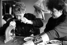 1989-324 Een voorlichtingsstand over het thema Vrouwen en sadomasochisme in Odeon ter gelegenheid van Internationale ...