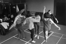 1989-325 Ter gelegenheid van Internationale Vrouwendag dansen enkele vrouwen in het buurtgebouw Odeon.