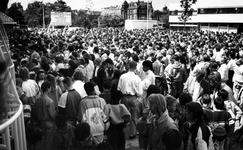 1990-613 Gratis naar Rivoli., Een grote groep mensen verdringt zich voor de poort van Rivoli nadat zij vernomen hebben ...