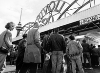 1990-614 Gratis naar Rivoli., Een grote groep mensen verdringt zich voor de poort van Rivoli nadat zij vernomen hebben ...
