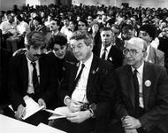 1990-639 Vice premier W.Kok luistert naar een buitenlandse vrouw tijdens een PvdA-campagnebezoek aan 't Klooster in ...