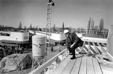 1990-696 Wethouder drs. J. Linthorst plaatst de laatste balk voor de museumwoning in De Kiefhoek.