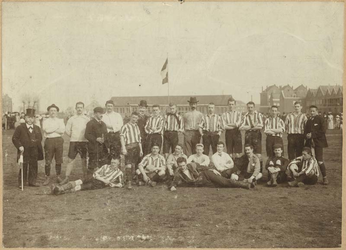 1996-7 Veteranenwedstrijd op het Schuttersveld ter gelegenheid van het 12-jarig bestaan van voetbalvereniging Sparta. ...