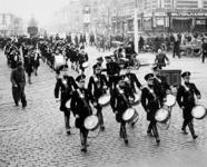 2001-1161 In het kader van de Dag van de Nederlandsche Politie marcheert het nieuwe Dienstmuziekkorps van de politie ...