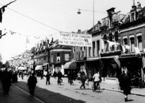 2001-1930 De Noordmolenstraat is feestelijk versierd in verband met de bevrijding van Nederland. Bij het pand van de ...