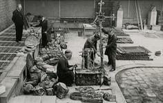 2001-2308 In afwachting van een eventuele restauratie maken museummedewerkers op de binnenplaats van Museum Boymans aan ...