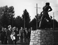 XXXIII-1057 Onthulling door wethouder Jan Meertens van het door de Rotterdamse beeldhouwer Han Rehm vervaardigde ...