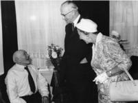 XXXIII-1161-00-01 Burgemeester mr. G.E. van Walsum en echtgenote mevr.mr. J.M. van Walsum-Quispel op bezoek bij de ...