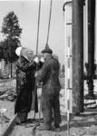 XXXIII-1215 Het slaan van de eerste paal door wethouder J.U. Schilthuis voor het te bouwen interlokale autobusstation ...