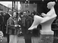 XXXIII-1250-00-01 Mevrouw mr. J.M. van Walsum-Quispel (links) onthult het beeldje, voorstellend een lezend meisje, van ...