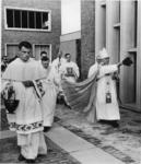 XXXIII-1253-1 De bisschop van Rotterdam mgr. M.A. Jansen en gevolg verricht de inzegening van de Sint-Dominicuskerk aan ...