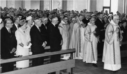 XXXIII-1253-2 De eerste plechtigheid na de consecratie in de Sint-Dominicuskerk aan het Hang/Steiger. Op de eerste bank ...