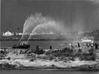 XXXIII-1264 Een blusboot met nr. 11 van de gemeentelijke Havendienst bij de doorgraving van de dam voor de verbinding ...