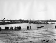 XXXIII-1264-02-1 Bij de doorgraving van de dam voor de verbinding van Europoort met de Nieuwe Waterweg , die de ...