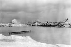 XXXIII-1264-02-2 Bij de doorgraving van de dam voor de verbinding van Europoort met de Nieuwe Waterweg , die de ...