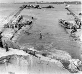XXXIII-1264-02-3 Bij de doorgraving van de dam voor de verbinding van Europoort met de Nieuwe Waterweg , die de ...