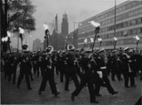 XXXIII-1279 Dodenherdenking. Het Korps Mariniers met flambouwen op de Coolsingel, op weg naar het gedenkteken bij de ...