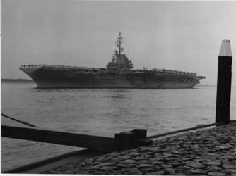XXXIII-1296-01 Het vliegkampschip Essex , behorend bij een Amerikaans vlooteskader, vaart bij Hoek van Holland de ...