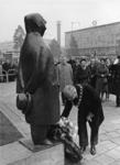 XXXIII-1325 Burgemeester mr. G.E. van Walsum verricht de kranslegging namens het Gemeentebestuur bij het sculptuur ...