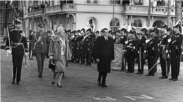 XXXIII-1339-2 In gezelschap van H.M. Koningin Juliana, Z.K.H. Prins Bernhard en H.K.H. Prinses Irene brengen de ...