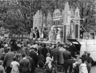 XXXIII-1345-01 Op Koninginnedag is de opvoering van het Wagenspel Piet Heijn op de Brink.