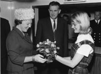 XXXIII-1349-01-1 Z.K.H. Prinses Beatrix brengt een bezoek aan het Jeugdfestival voor de werkende jeugd aan boord van ...