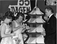 XXXIII-1362 In het Corsotheater wordt in aanwezigheid van Prinses Beatrix en Prinses Margriet de gala-première gegeven ...