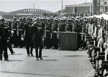 XXXIII-1366-1 Z.K.H. Prins Bernhard groet het vaandel van het korps der Mariniers, tijdens de onthulling van het ...