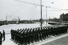 XXXIII-1366-2 Het korps der Mariniers staan opgesteld op het Oostplein voor het nog in doeken gehulde monument voor de ...