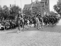 XXXIII-1371-02 Vijfenzeventig cavaleristen van de Garde Républicaine van Frankrijk defileren op de Mathenesserlaan ...