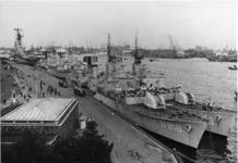 XXXIII-1375-1 De Vlootdagen. Aan de Parkkade liggen acht Nederlandse, waaronder het vliegkampschip Karel Doorman, en ...