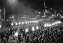 XXXIII-1375-2 De Vlootdagen. Taptoe van de Marinierskapel der Koninklijke Marine op de Parkkade. Bij verlichte ...