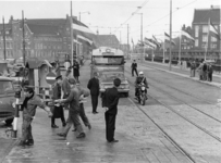 XXXIII-1382 De openstelling voor het gemotoriseerde verkeer van de Verlengde Willemsbrug voor de rechtstreekse ...