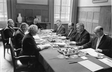 XXXIII-1385-01 Het college van B & W bijeen in een kamer op het stadhuis. Aan het hoofd van de tafel zit burgemeester ...