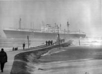 XXXIII-1397 Het Indonesische motorschip H.O.S. Tjokroaminoto loopt tijdens een zware storm bij de ingang van de Nieuwe ...