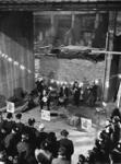 XXXIII-1411 Aan het begin van het lustrum geven leden van de HTS-bond een muziekuitvoering in de aanbouw zijnde Doelen.